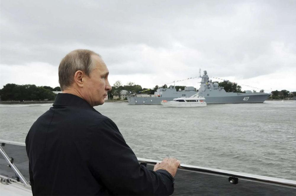 普京查看俄军新型航母方案 仍用滑跃甲板载苏33