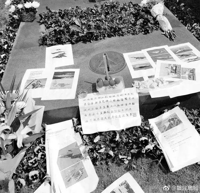 王伟墓前 今年有人送来一架歼20模型